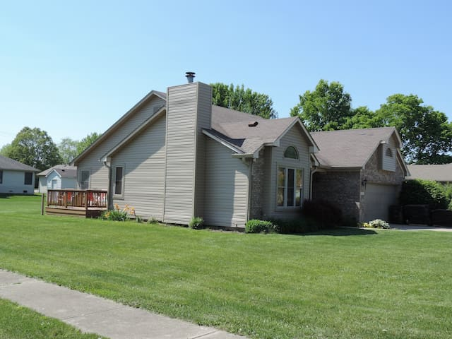 ranch style, grill, backyard, deck, garage - Greenfield - Hus