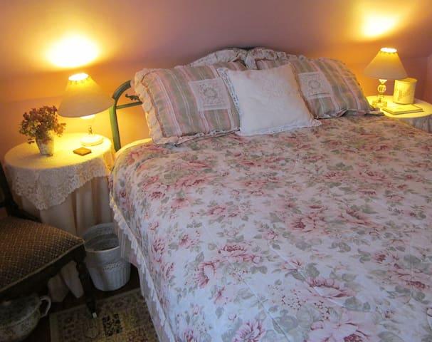 Queen: Sweet, Cozy Rosey Room for 2 - Phippsburg - Bed & Breakfast
