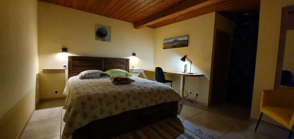 Chambre, et literie avec matelas de 32cm médium.