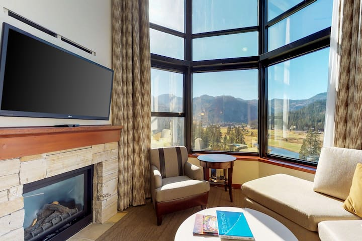 Mountain view condo w/shared hot tub/pool & ski-in/ski-out