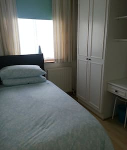 relaxing boxroom,parking,wifi& near tube - Hornchurch - Casa