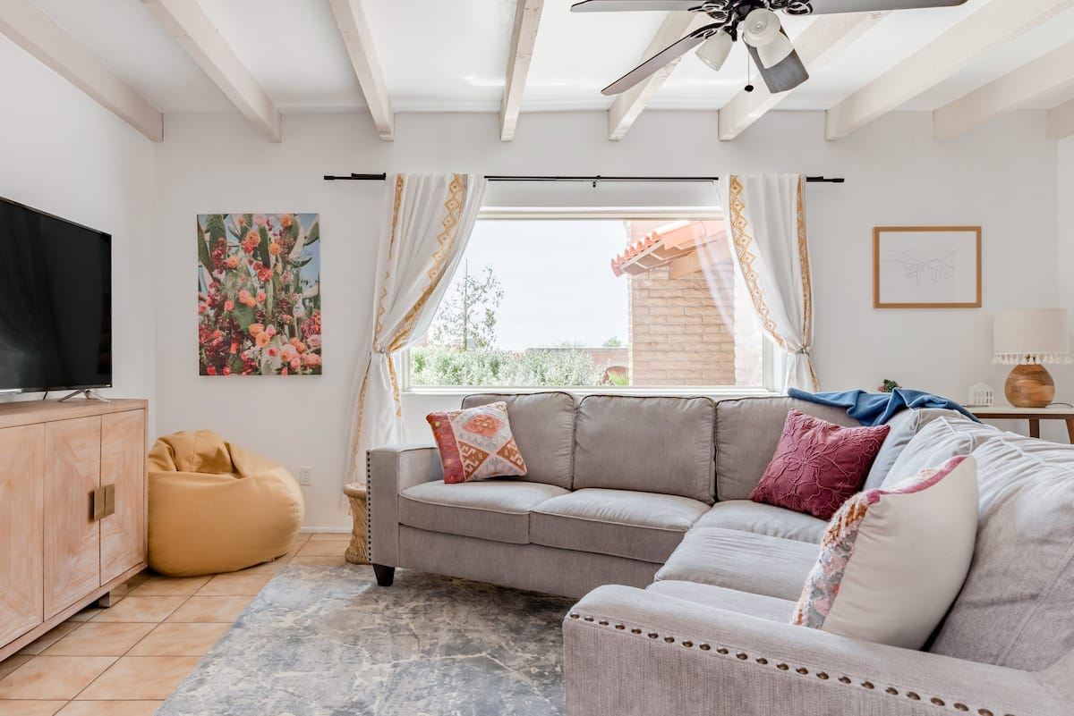 Fun and Breezy Open-Plan Bungalow Ideal for Large Groups