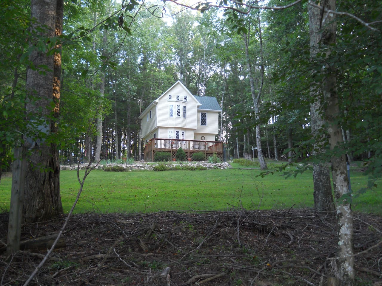 Quiet space surrounded by mature trees . Walking trail right out the back door.
