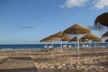 Praia da Luz com apoio de praia e várias diversões (restaurantes, cafés  e muitas esplanadas)