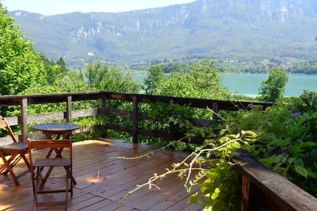Maison en bois au bord du lac.Bienvenue