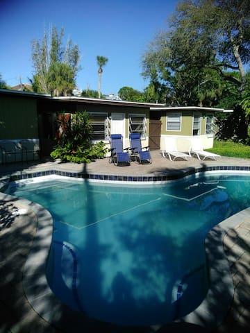 Large bedroom walk to Siesta Beach! - Siesta Key - Casa