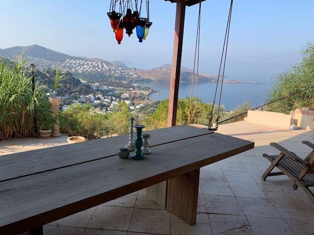 Buyuk verandali,deniz manzarali yazlik