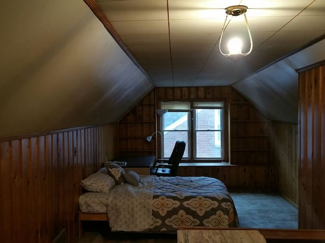 Spacious upstairs bedroom - Detroit - Casa