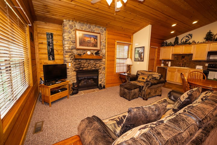 Romantic 1 Bed Cabin w/ Fireplace