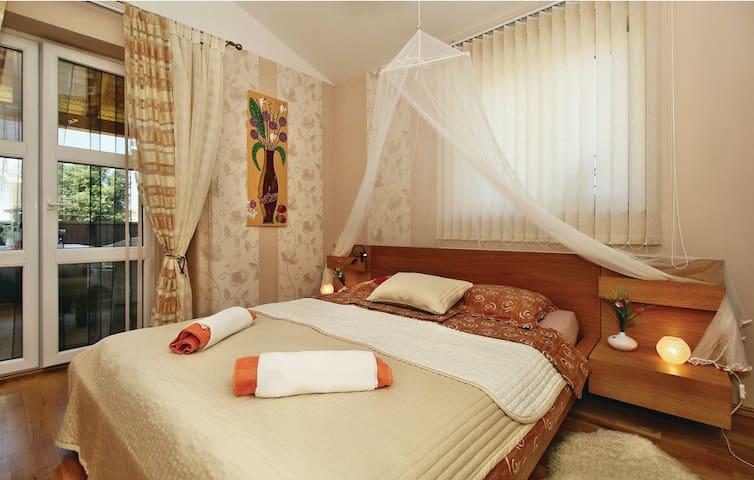 Schlafzimmer im Obergeschoss mit Balkon-1. Boden