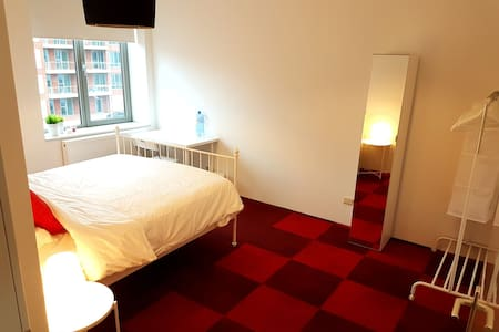 Spacious Private Room Near City Center/Schiphol /R