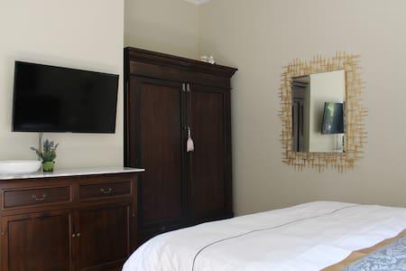 Schlafzimmer mit Doppelbett Queen-Size