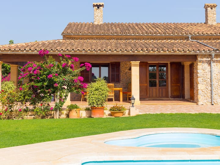 Rural Villa with private pool near Buger