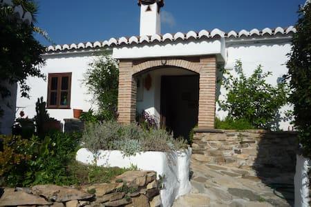 Rustic farmhouse over looking lake. - Viñuela