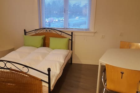 Nice clean room 15 minutes from Amsterdam center! - Koog aan de Zaan