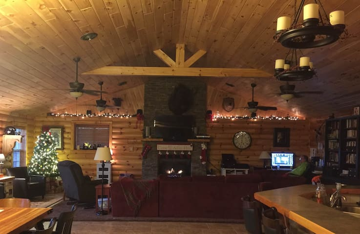 Giant open log home close to Silver Dollar City - Chestnutridge - Rumah