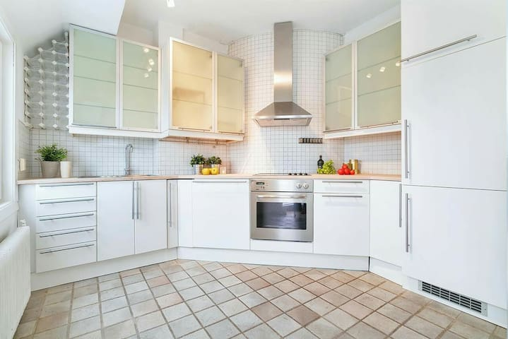 Kitchen that is fully equipped, with a dishwasher