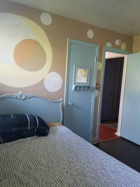 敷地内無料駐車場付きの陽気/平穏な 2ベッドルーム住宅