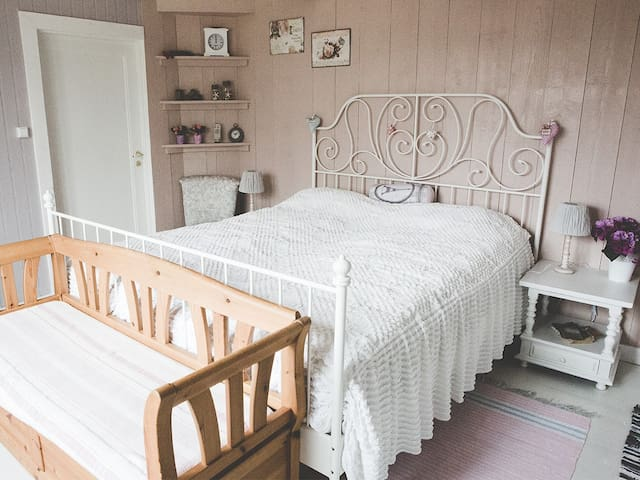 Bedroom with 2 sleeping places