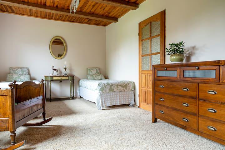 W drugiej sypialni znajdują się dwa wygodne łóżka pojedyncze. Możliwość dostawienia dwóch łóżek pojedynczych.