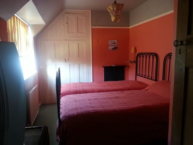 Quiet twin room 10' from Stevenage - Codicote