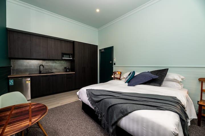 The Perfect Ashlars Apartment, Tuck Inn