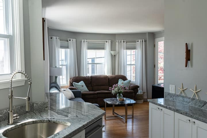 Downtown Newport Luxury on Thames, 2 BR, Sleeps 7