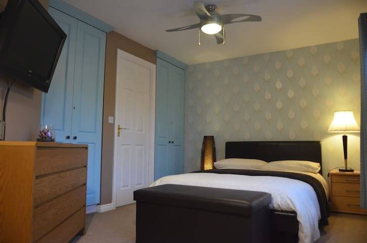 2 Stylish & Contemporary rooms, local services