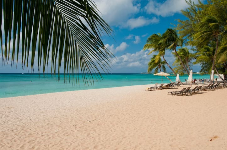 Cayman Oasis - 4BD, 3 Min Drive to 7 Mile Beach.