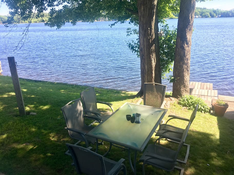 Back yard with table for six overlooking the lake (Hammock available to hang between post and tree)
