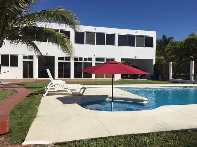 Chalet / Casa en camino a Monterrico / Beach house - Iztapa - House