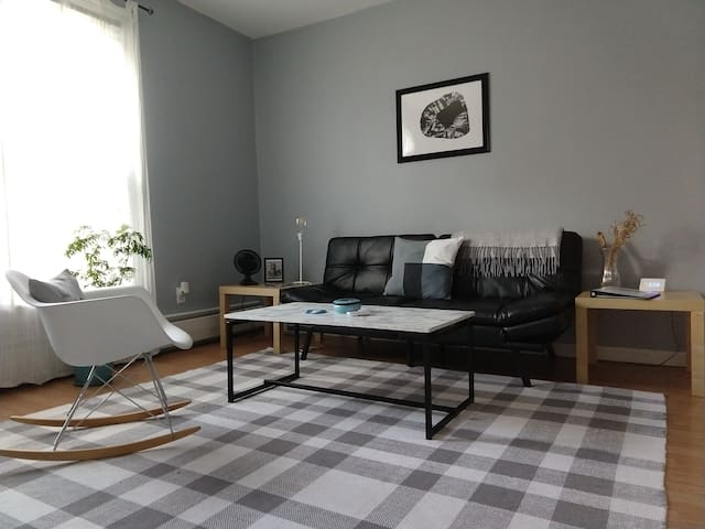 Modern and spacious 2nd floor apartment!