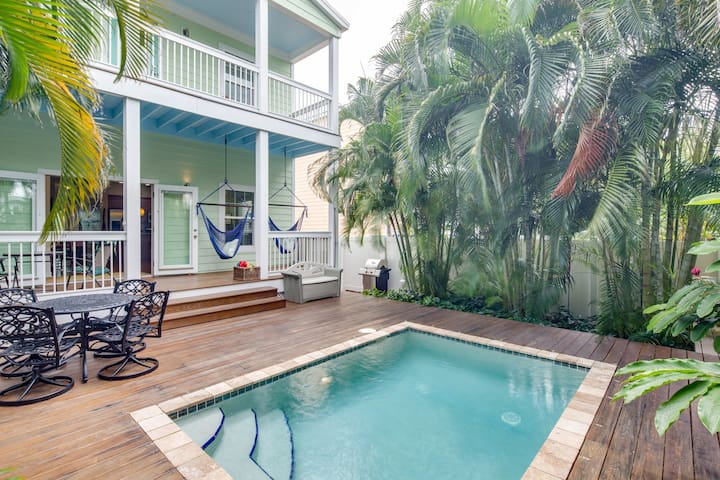 Gorgeous home w/lush patio & private pool-two blocks to Higgs Beach