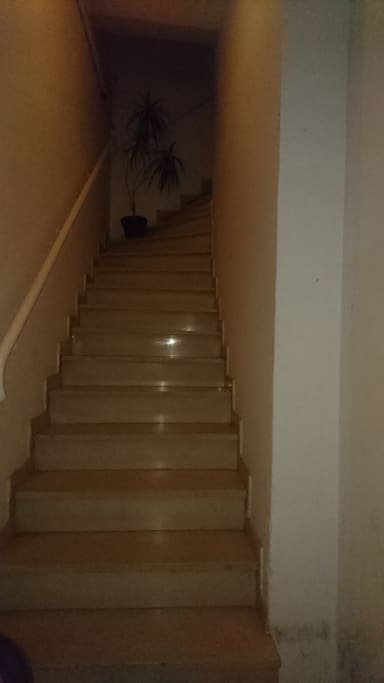 entrée de la maison avec buanderie en bas