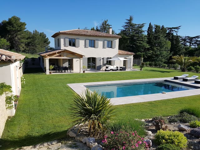 Independant suite in beautiful villa with pool