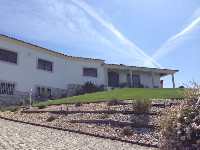 Big and friendly, near Fátima, transport included. - Leiria - House