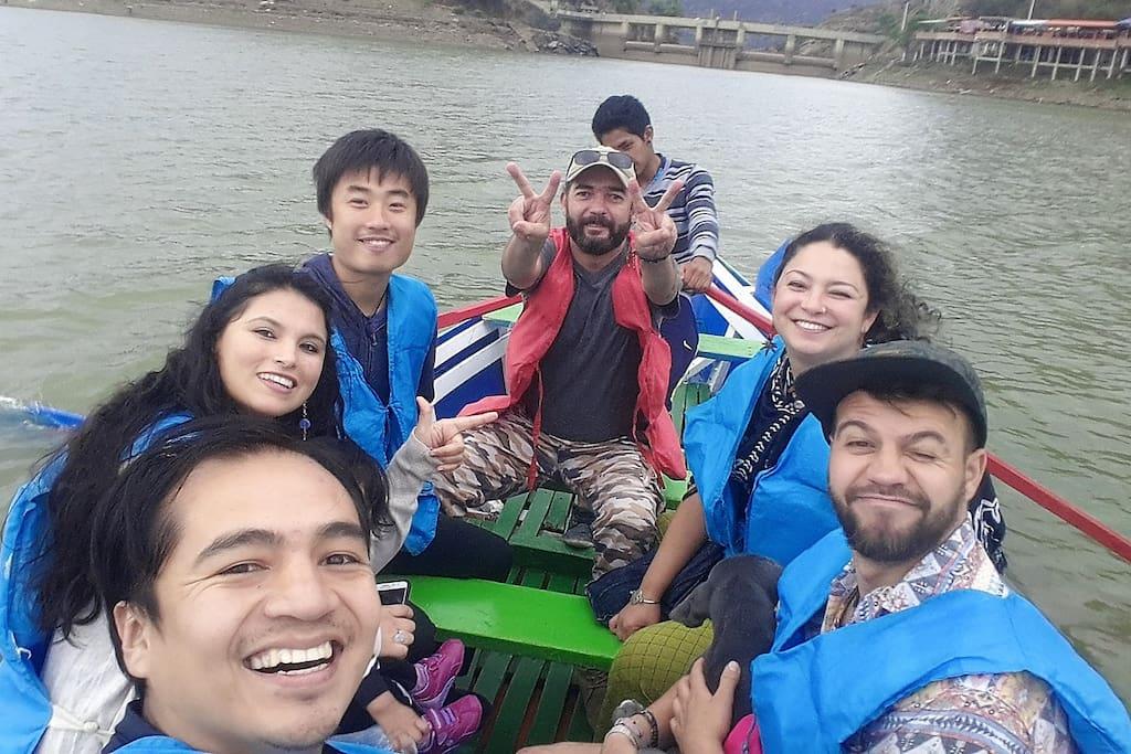 en un bote en el lago san jacinto