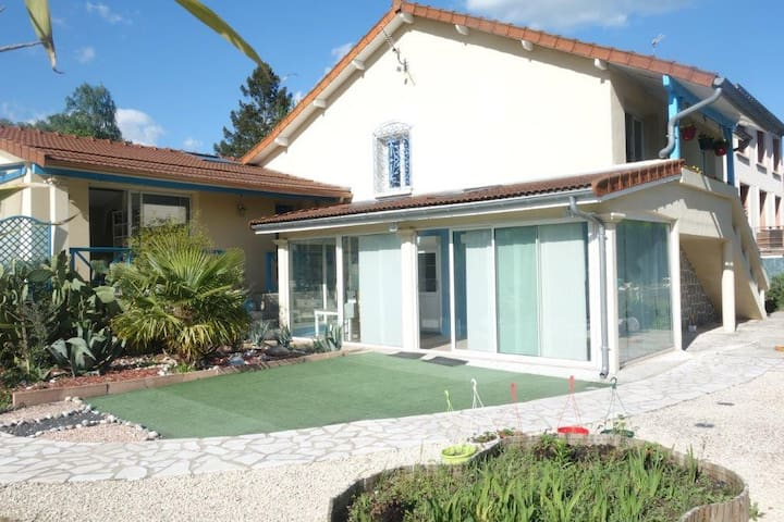 Villa bleue à 6 km de Limoges chamb.priv.3lits