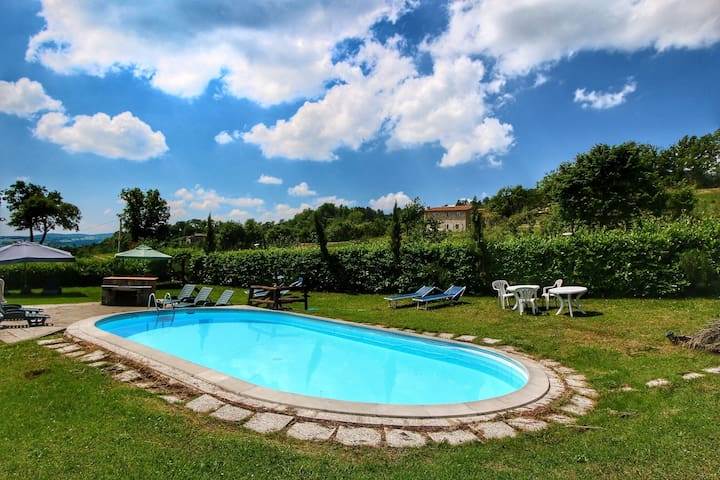 Modern Holiday Home in Caprese Michelangelo with Pool