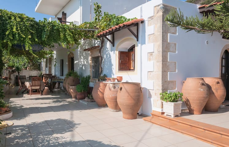 Villa Menies-Traditional Questhouse in countryside - Chania - Casa de campo