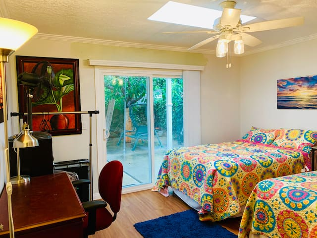 Sunny Room Patio View -2 Full Beds - Beaches & OCC