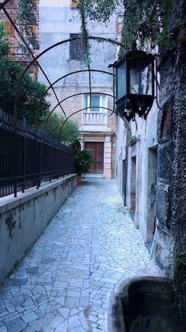 portone laterale del palazzo