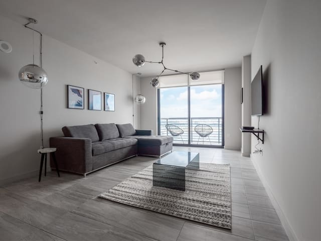 Airy 3 BR w/ 5 Star Amenities | Downtown Miami