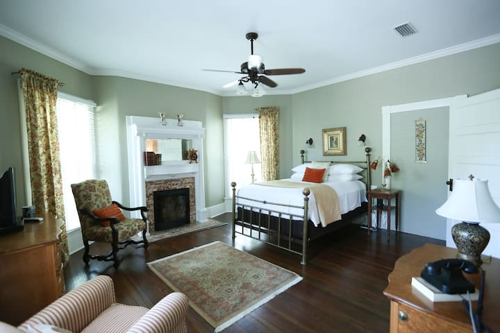 The Park Avenue Inn - Bird's Eye Maple Room