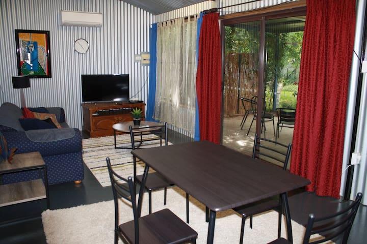 """The Shouse"" - Studio bungalow set in shady garden - North Wagga Wagga - Apartamento"