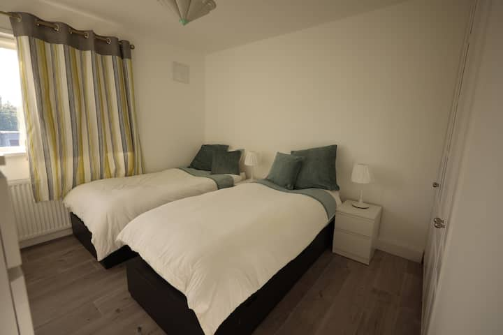 Spacious Twin Room 15min from aiport & city centre