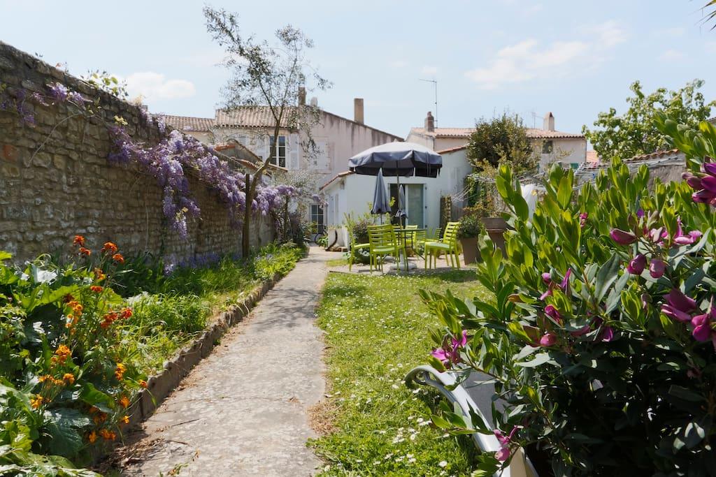 March 1 au coeur du village terrasse jardin maisons - Terrasse jardin botanique montreal poitiers ...