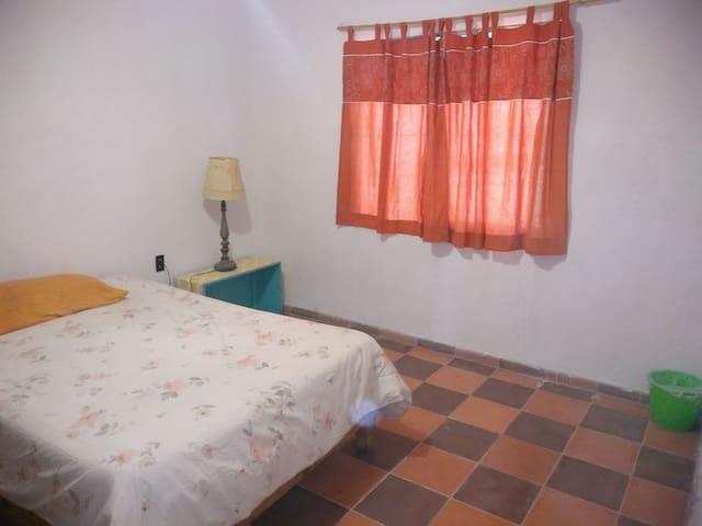 Cómoda y amplia habitación a 2 calles de  alameda