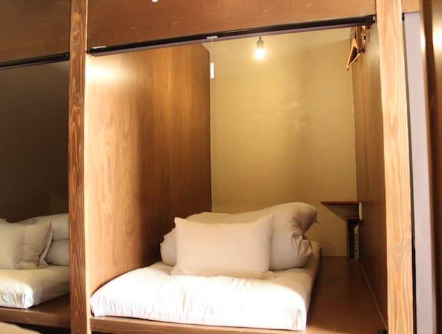 3階の各ベッドは壁で仕切られています。