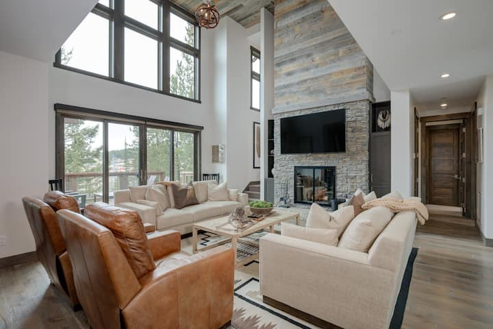 Well-Appointed Ski-in/Ski-out home with stunning views and WiFi